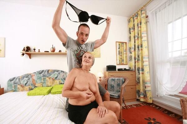 Enkelsohn zieht seine geile Oma nackt aus