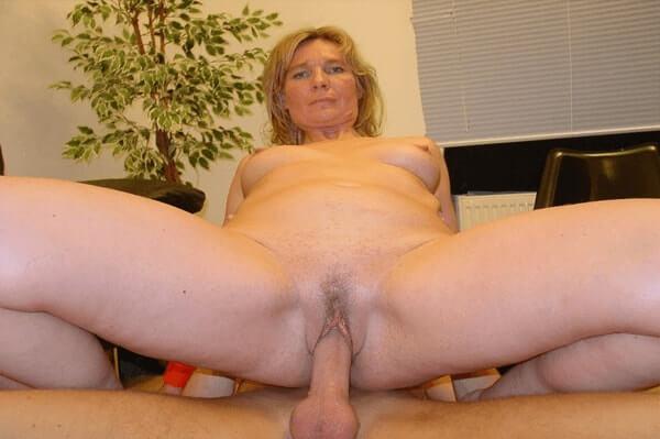 Versaute Inzest Tante reitet den Schwanz vom Neffen bis zum Abspritzen